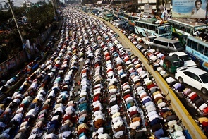 Thousands of devotees offered their Juma prayers on the road and roof of vehicles during the Ijtema while a number of devotees are seen offering prayers from rooftops of nearby buildings.
